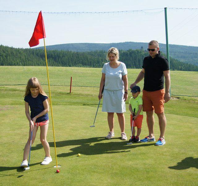 Przewietrz się na polu golfowym z mamą, tatą, bratem, siostrą, babcią, dziadkiem i z kim tylko chcesz